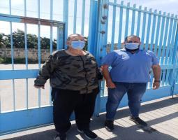 """عدنان الرفاعي """"الغاضب"""" يقفل المدخل الرئيسي ل""""الانروا"""" احتجاجا ؟.."""