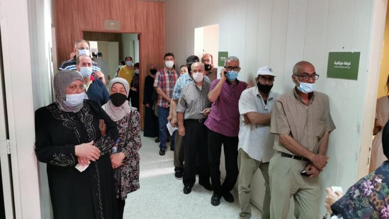 """لبنانيون وفلسطينيون اقدموا على تلقي """"لقاح فايزر"""" في """"مستشفى صيدا الحكومي""""."""